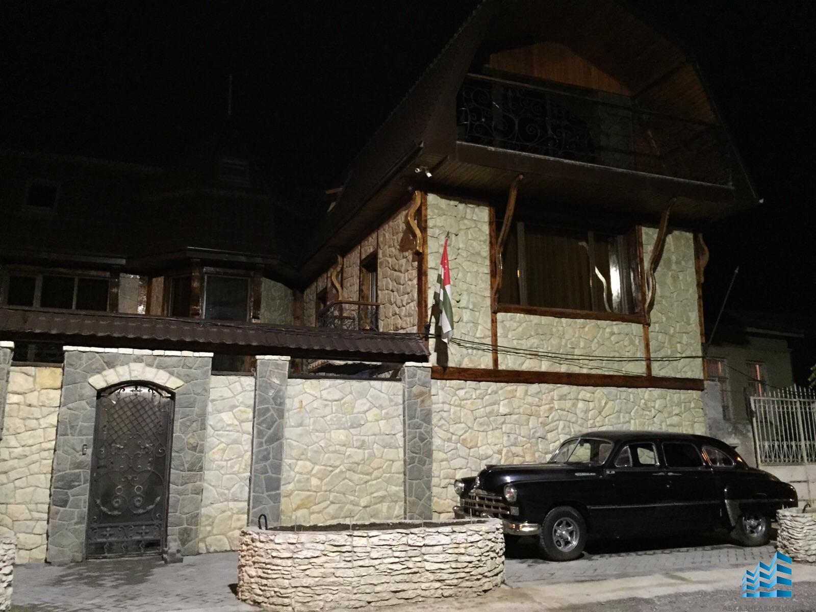 Новый двухэтажный дом с мансардой в центре Сухума