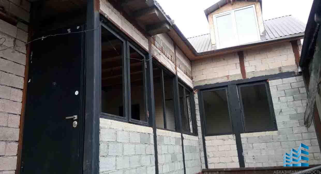 4-комнатная квартира с мансардой в центре Сухума